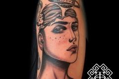 Tatuaje planetas cabeza chica antebrazo