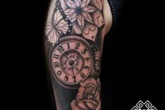 Tatuaje rosa, reloj y ornamental, blanco y negro